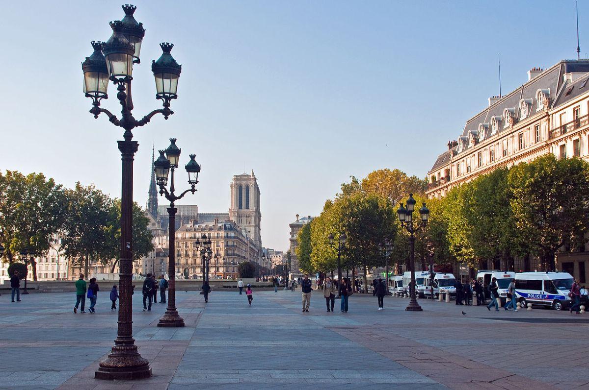 1280px-Notre_Dame_from_the_Hotel_de_Ville,_Paris,_26_Sept._2009